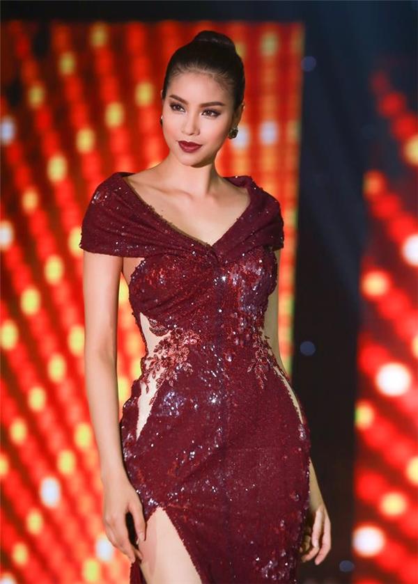 Cùng diện mốt váy trễ vai, Phạm Hương mang đến 2 hình ảnh khác biệt: một ngọt ngào, nhẹ nhàng với sắc hồng thạch anh; một ấn tượng, gợi cảm với tông đỏ rượu nồng nàn.