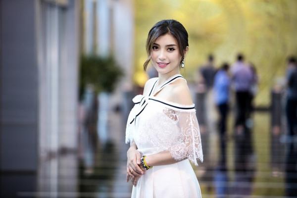 Tiêu Châu Như Quỳnh đẹp trong veo, mơ màng với sắc trắng tinh khôi trên nền vải voan lụa kết hợp ren họa tiết to bản.