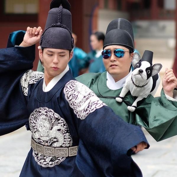 Park Bo Gum hóa thân thái tử nhảy nhót tưng bừng giữa đường