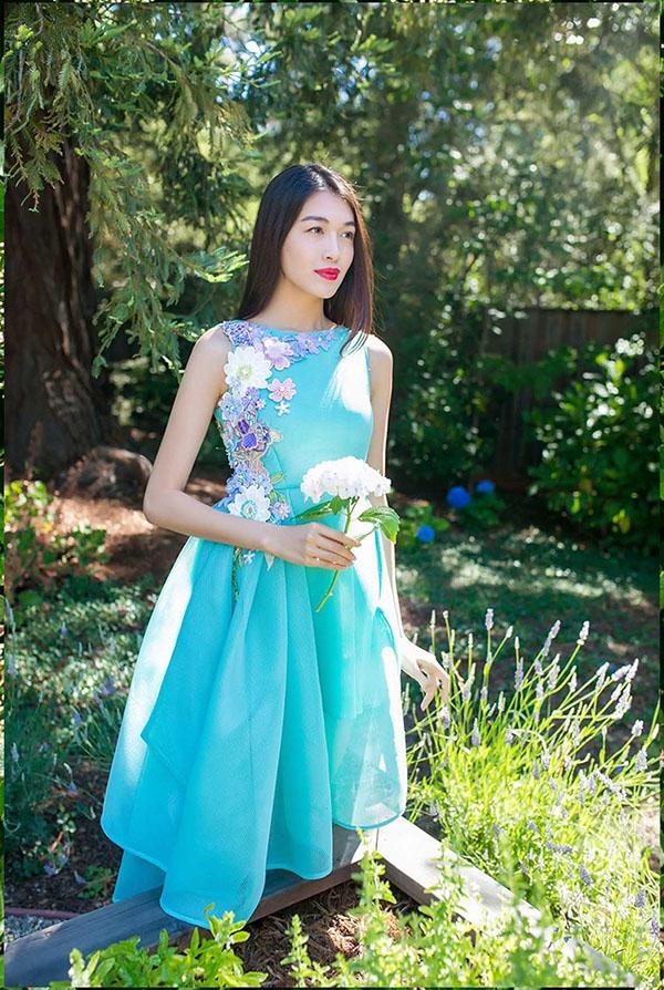 Trên nền sắc xanh ngọt ngào như mây trời, sóng biển, Lệ Hằng mang đến hình ảnh quý cô điệu đà với thiết kế váy xòe có cấu trúc bất đối xứng. Loạt họa tiết hoa với những tông màu pastel ngọt ngào được sử dụng làm điểm nhấn cho thiết kế.