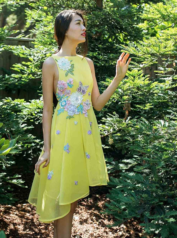 Sử dụng phom váy tương tự nhưng nhà thiết kế Adrian Anh Tuấn lại mang đến cảm quan mạnh mẽ, ấn tượng hơn với sắc vàng chanh ngọt ngào nhưng vô cùng nổi bật, thu hút.