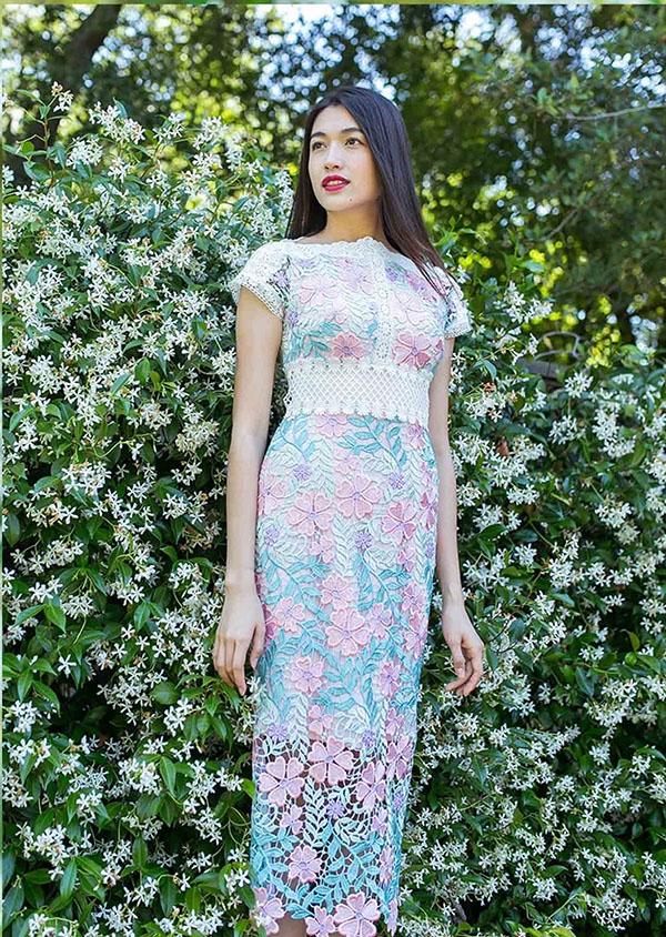Với 3 tông màu: xanh, trắng, hồng pastel, Lệ Hằng mang đến cái nhìn đa dạng với váy ôm khoe đường cong hay váy xòe điệu đà, thanh lịch. Các thiết kế tập trung khai thác vẻ đẹp của chất liệu khi liên tục thay đổi công thức kết hợp chúng.
