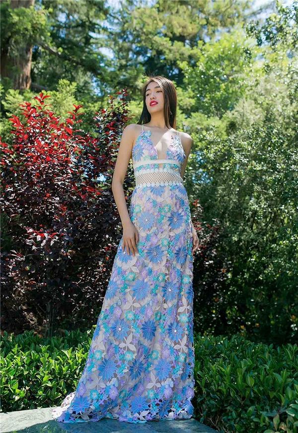 Lệ Hằng vừa ngọt ngào, điệu đà nhưng không kém phần gợi cảm với dáng váy dài kết hợp đường xẻ ngực sâu hun hút. Bộ sưu tập này sẽ được Adrian Anh Tuấn giới thiệu tại Hà Nội vào cuối tháng 7 này với 95% các thiết kế được thay mới.