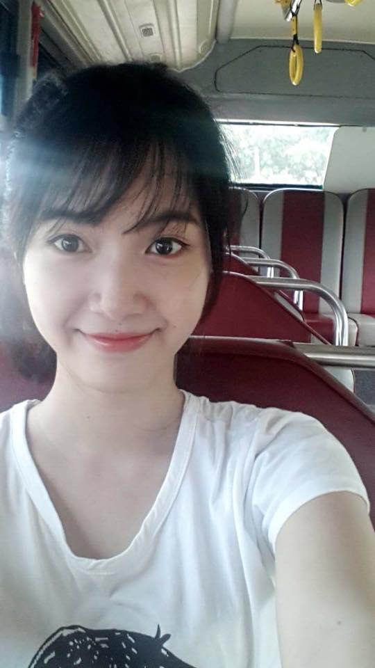 Cô nàng rất thích đi học bằng xe buýt.