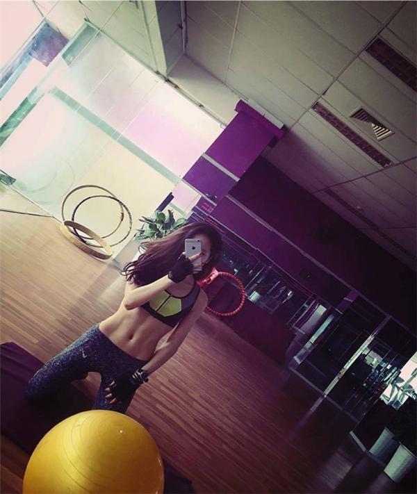 """Rãnh bụng khiến nhiều người mê mẩn của """"hot girl phòng gym"""" có vòng eo """"chuẩn không cần chỉnh"""" 60cm - Linh Nguyễn (sinh năm 1993) đến từ Hà Nội. (Ảnh: Internet)"""