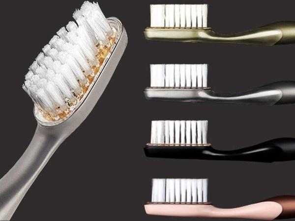 Chiếc bàn chải đánh răng này được làm hoàn toàn bằng titanium cao cấp, một nguyên liệu được dùng trong ngành hàng không vũ trụ. Một chiếc bàn chải có giá lên đến 90 triệu.
