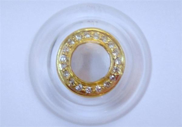 Chiếc kính áp tròng được đính 18 viên kim cương xung quanh có giá lên đến 15.000 USD (335 triệu VND), tuy nhiên theo các chuyên gia nếu đeo chiếc kính này quá lâu thì chủ nhân của nó sẽ bị tồn thương mắt nghiêm trọng do những viên kim cương sẽ làm trầy mắt.