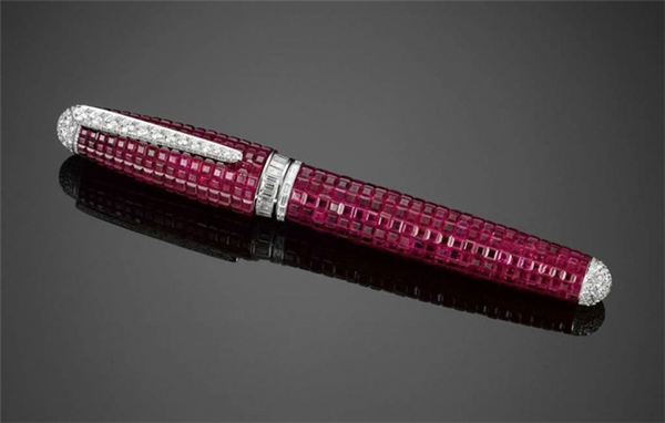 Chiếc bút máy được đính 150 carat hồng ngọc và 15 carat kim cương, thân bút được làm bằng bạch kim và 18 carat vàng trắng. Tổng giá trị của cây bút là 595.000 USD (13 tỉVND).