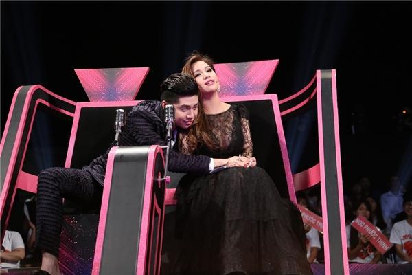 """Trong suốt buổi ghi hình thứ hai, giọng ca Gạt Đi Nước Mắtthường xuyên ôm ấp và nhõng nhẽo với """"đàn chị""""."""