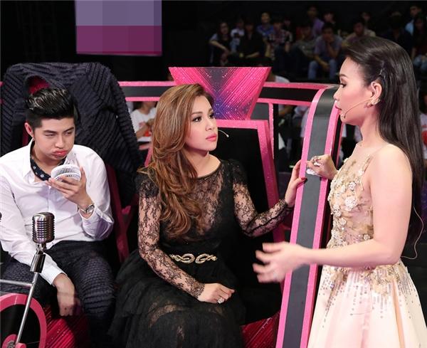 """Biểu cảm cực kì đáng yêu của Noo Phước Thịnh khiến khán giả vô cùng thích thú khi Minh Tuyết """"bỏ rơi"""" anh để trò chuyện cùng """"chị Tư"""" Cẩm Ly."""