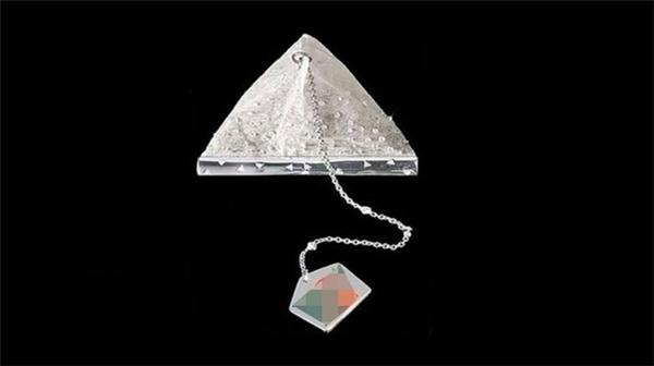 Đây là một túi trà của thương hiệu trà nổi tiếng, trên túi gắn 280 viên kim cương lấp lánh với tổng giá trị lên đến 14.000 USD (312 triệu VND).