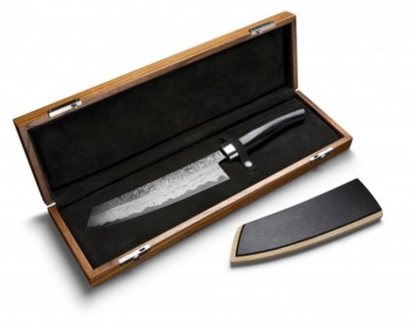 Siêu phẩmdao nấu nướng này được làm bằng thépvà được nạm hàng loạt viên kim cương nhỏ lên lưỡi dao theo phương pháp thủ công, giá củamột câydao là 40.000 USD (900 triệu VND).