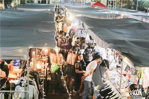 Giới trẻ hào hứng với phiên chợ đêm có 1-0-2 tại Sài Gòn