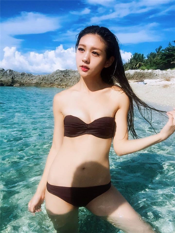 Trong trang phục bikini 2 mảnh gợi cảm những đường cong của cô nàngkhiến người ta khó rời mắt.