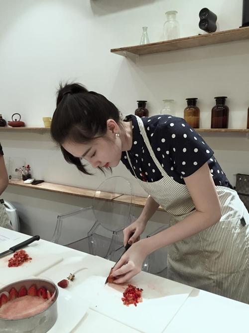 Hoa hậu Việt Nam 2012 chia sẻ làm bánh là một trong những sở thích đặc biệt của cô. Trước khi đăng quang Hoa hậu Việt Nam, Đặng Thu Thảo từng mơ ước sẽ mở một tiệm bánbánh nhỏ. - Tin sao Viet - Tin tuc sao Viet - Scandal sao Viet - Tin tuc cua Sao - Tin cua Sao