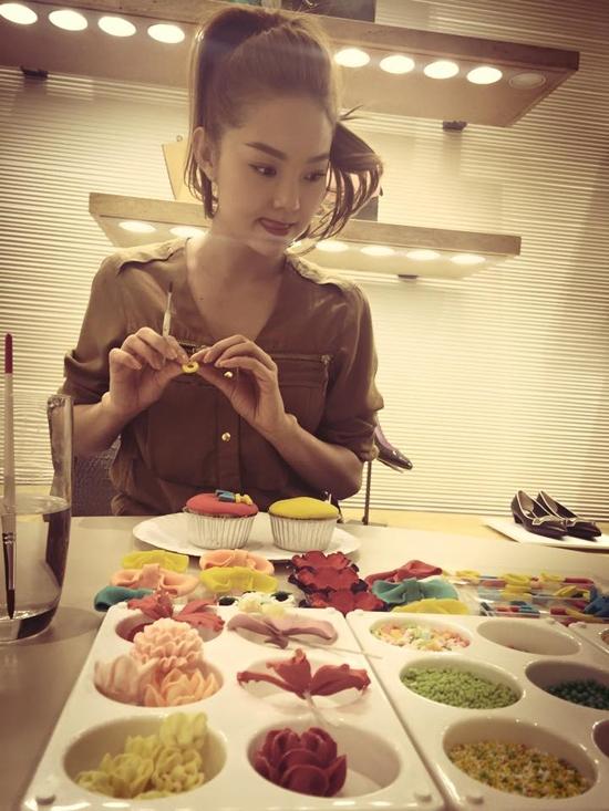 Minh Hằng cũng là một fan cứng của bánh ngọt. Cô rất thích học làm bánh cupcake nhằm tặng bạn bè những dịp quan trọng. - Tin sao Viet - Tin tuc sao Viet - Scandal sao Viet - Tin tuc cua Sao - Tin cua Sao