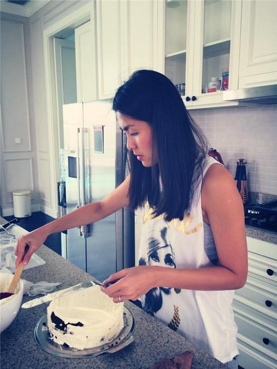 Dường như, không chỉ thông minh, tài giỏi ở công việc kinh doanh mà Tăng Thanh Hà còn vô cùng đảm đang trong công việc nội trợ nấu nướng, khéo léo bằng việc tự làm bánh kem. - Tin sao Viet - Tin tuc sao Viet - Scandal sao Viet - Tin tuc cua Sao - Tin cua Sao