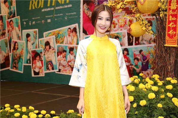 Diễm My trẻ trung trong bộ áo dài cách điệu màu vàng rực rỡ, nổi bật.