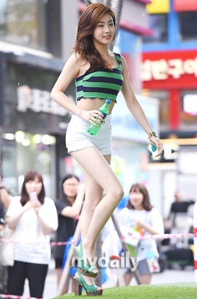 Kang Soranổi tiếng với đôi chân dài miên man và thân hình gợi cảm nóng bỏng.