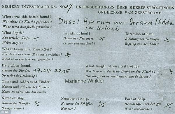 """Lá thư trong chai được in bằng tiếng Anh, tiếng Đức và tiếng Hà Lan. Mặt ngoài lá thư có ghi dòng chữ: """"Hãy đập vỡ chai."""" (Ảnh: Internet)"""
