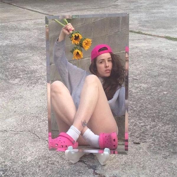 Chụp selfie qua gương, cô gái này đã biến những bức hình của mình trở thành tác phẩm nghệ thuật