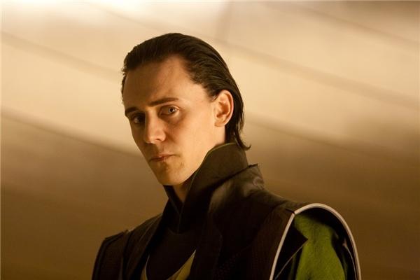 Loki (Tom Hiddleston) trong Thor (2011): Tom Hiddleston có được bước ngoặt sự nghiệp khi sắm vai người em quỷ quyệt của Thần sấm Thor trong thế giới phim siêu anh hùng Marvel từ năm 2011. Loki luôn cho rằng mình là đấng linh thiêng, còn con người chỉ là giống sinh vật hạ đẳng, không đáng tồn tại. Với lòng hận thù mù quáng ấy cùng bộ óc xảo quyệt, hắn gần như đã thành công trong việc chia rẽ nhóm Avengers. Thực chất, nhân vật có phần đáng thương khi từ nhỏ đã là cái bóng của Thor. Loki luôn muốn có ngày được sánh ngang hoặc vượt hơn anh trai. Nhưng càng cố gắng bao nhiêu, gã lại càng thất bại. (Ảnh: Disney)