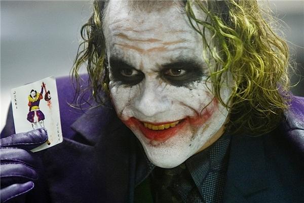 Joker (Heath Ledger) trong The Dark Knight (2008): Gương mặt trắng bệch, mái tóc xanh, cặp mắt sâu hoắm, đôi môi đỏ và điệu cười nhếch mép khinh bỉ, đó là những điểm khiến người ta nghĩ ngay đến Joker - kẻ thù truyền kiếp của siêu anh hùng Batman. Người ta không rõ gã có xuất thân từ đâu, mà chỉ biết hắn là một kẻ mưu mô, xảo quyệt đến không ngờ. Do đó, dù không mang trong mình sức mạnh vượt trội, Joker vẫn khiến cho Người Dơi gặp nhiều khó khăn bằng trí thông minh tuyệt đỉnh và những toan tính đầy thủ đoạn. (Ảnh: Warner Bros.)