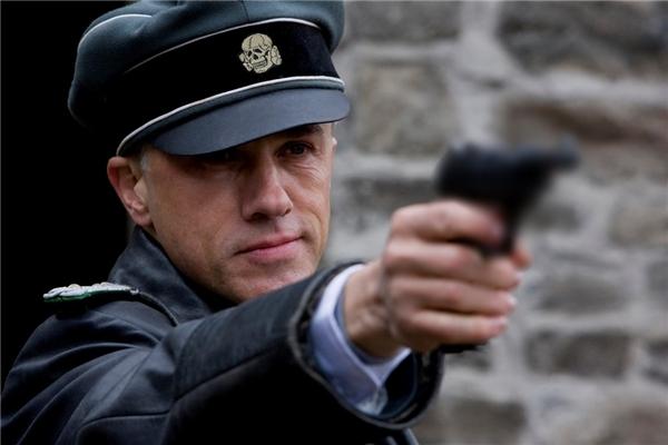 """Hans Landa (Christoph Waltz) trong Inglourious Basterds (2009): Đại tá Landa trong tác phẩm nổi tiếng của đạo diễn Quentin Tarantino bằng cách nào đó mang cả nét đĩnh đạc uy nghi lẫn sự độc ác bên trong con người mình. Hắn luôn tự hào với biệt danh """"Thợ săn"""", nhưng cũng có thể ngay lập tức trở mặt với chính đồng đội, hoặc xuất hiện đầy trang trọng giữa bữa tiệc rồi thẳng tay giết hại một phụ nữ ngay bên phòng ăn. Sức hút kì lạ của Hans Landa chính là đến từ công lớn của tài tử Christoph Waltz người Áo. (Ảnh: The Weinstein Company)"""