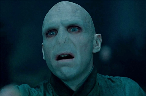 Voldermort trong loạt Harry Potter (2001-2011): Có lẽ Chúa tể Voldermort là hiện thân của cái ác thuần túy. Từ sự căm phẫn và định kiến với toàn bộ sinh vật không có phép thuật, mục tiêu của y là tách biệt và nô dịch họ. Nhân vật Voldermort chính là mặt trái của Harry Potter, khi cả hai đều lớn lên trong hoàn cảnh ngược đãi giống nhau. Không chỉ có ngoại hình gớm ghiếc đáng sợ, những hành động hiểm ác và nhẫn tâm khiến hình ảnh nhân vật trở thành biểu tượng cho sự kinh hoàng và nỗi sợ hãi. (Ảnh: Warner Bros)