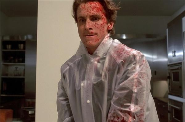 Patrick Bateman (Christian Bale) trong American Psycho (2000): Nhắc đến Christian Bale, nhiều người sẽ nhớ tới Batman. Song, anh vốn nổi lên từ trước đó bằng một nhân vật ấn tượng không kém. Patrick Bateman là kẻ giết người hàng loạt, đồng thời mang đến cho người xem điều nghịch lí. Hắn đẹp trai, sở hữu làn da hoàn hảo, cuộc sống giàu có, lối sống lành mạnh, yêu âm nhạc… Tại sao tất cả những điều đó lại có thể tồn tại bên trong một kẻ sát nhân? Nhân vật chính là điển hình cho một bộ phận trong xã hội: sống dưới vỏ bọc hào nhoáng, phù phiếm, nhưng bên trong lại mục ruỗng, bệnh hoạn. (Ảnh: Lionsgate)