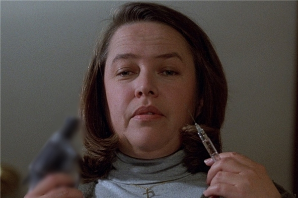 Annie Wilkes (Kathy Bates) trong Misery (1990): Đây là vai diễn mang về cho Kathy Bates giải thưởng Oscar, khi bà vào vai một người hâm mộ cuồng nhiệt mắc bệnh tâm thần. Trong vai trò y tá riêng, nhân vật Annie giúp tiểu thuyết gia Paul Sheldon phục hồi sau một tai nạn ôtô. Nhưng về sau, nhà văn phát hiện ra tất cả chỉ là màn kịch do cô ta sắp đặt. Phân cảnh đáng nhớ nhất chính là khi Annie tàn nhẫn dùng búa đập gãy đôi bàn chân của Paul để ông không thể trốn thoát khỏi mình. (Ảnh: MGM)