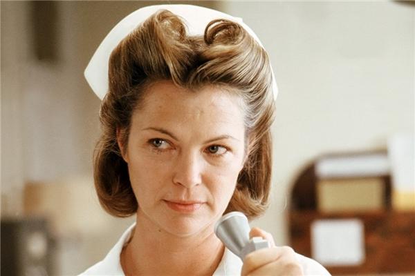"""Mildred Ratched trong One Flew Over the Cuckoo's Nest (1975): Bộ phim điện ảnh kinh điển được chuyển thể từ cuốn tiểu thuyết cùng tên của nhà văn Ken Kesey, đặc biệt gây ấn tượng bởi nhân vật nữ y tá Mildred Ratched nham hiểm, chuyên khủng bố tinh thần của các bệnh nhân điều trị tại bệnh viện tâm thần Salem. Sở hữu vẻ ngoài dịu dàng, nhưng ả luôn ngầm dùng """"kỉ luật sắt"""" để quản lí bệnh nhân. Với quyền lực tuyệt đối và sự tàn nhẫn, Ratched khiến cho ước mơ chạy trốn của những cá nhân đáng thương trở nên bất khả thi. (Ảnh: United Artists)"""
