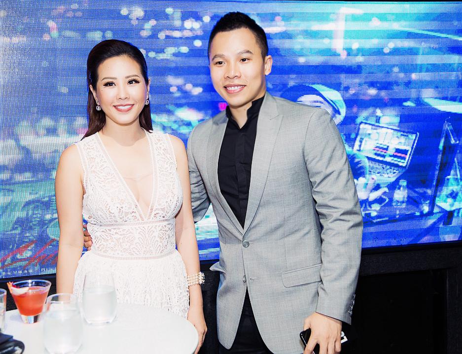 Ông bầu Vũ Khắc Tiệp thân thiết chụp ảnh lưu niệm cùng Hoa hậu Thu Hoài.