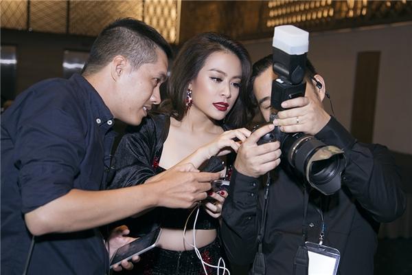 Những ngày qua,Hoàng Thuỳ Linh khá bận rộncùng ê-kíp hình ảnhtrong việc trau chuốt cho những bộ ảnh street style độc đáo sẽ ra mắt trong thời gian sắp đến. - Tin sao Viet - Tin tuc sao Viet - Scandal sao Viet - Tin tuc cua Sao - Tin cua Sao