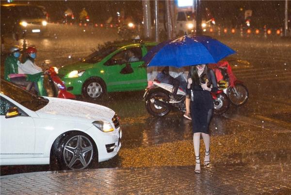 Hình ảnh người đẹp vất vả che dù, đi giữa trời mưa rất to khiến không ít người bất ngờ. - Tin sao Viet - Tin tuc sao Viet - Scandal sao Viet - Tin tuc cua Sao - Tin cua Sao