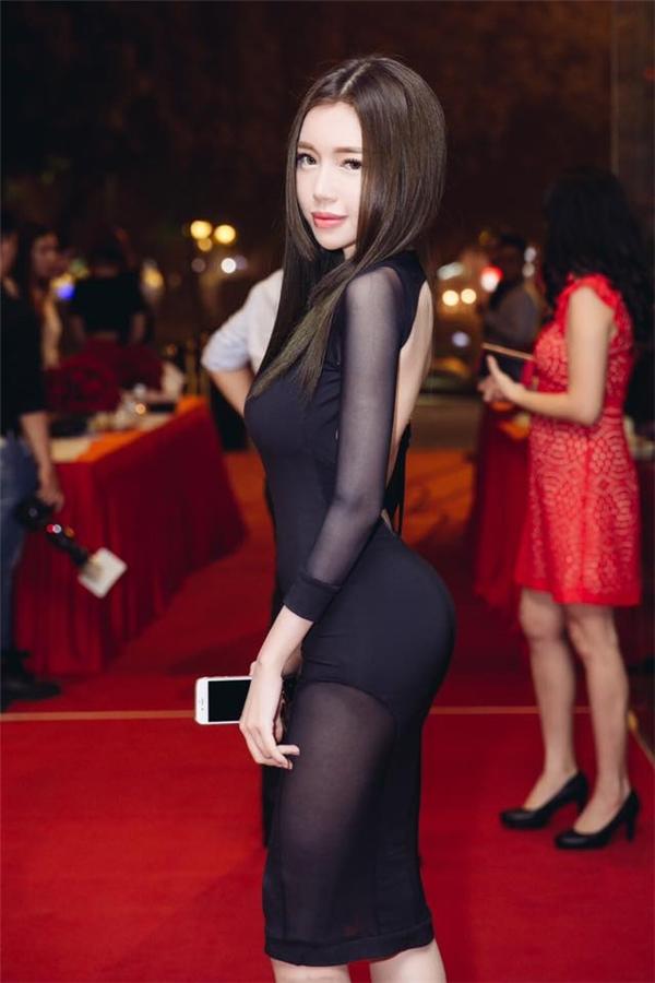 Thêm vào đó, trang phục táo bạocủa nữ diễn viên cũng góp phần giúp cô tạo được sự chú ý trong buổi tiệc. - Tin sao Viet - Tin tuc sao Viet - Scandal sao Viet - Tin tuc cua Sao - Tin cua Sao