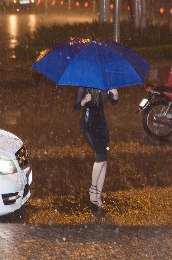 Chiều tối qua, trời Sài Gòn đã đổ một trận mưa khá to, tuy nhiên bất chấp thời tiết không thuận lợi, Elly Trần vẫn đội mưa đến tham sự chương trình. - Tin sao Viet - Tin tuc sao Viet - Scandal sao Viet - Tin tuc cua Sao - Tin cua Sao