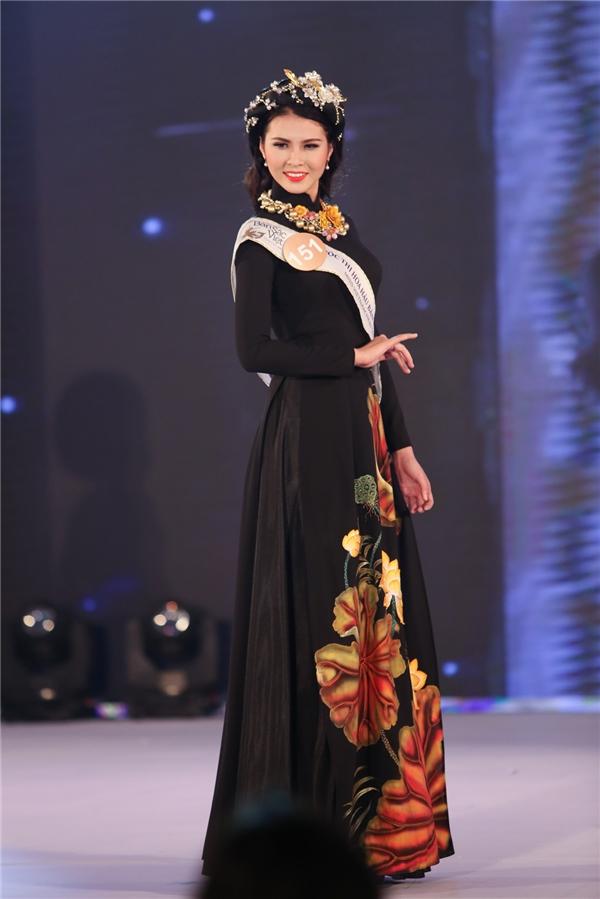 Các thiết kế áo dài đều được biến tấu đa dạng từ màu sắc đến họa tiết. Trong ảnh là thí sinh Nguyễn Thị Tuyết Anh với bộ trang phục truyền thống lấy sắc đen làm chủ đạo.