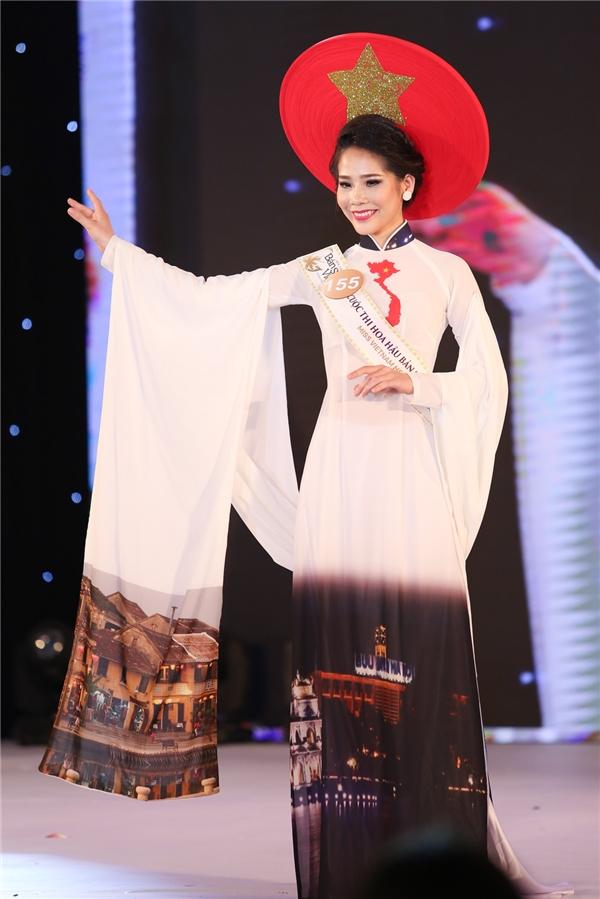 Nguyễn Thị Diệu gây ấn tượng với tà áo in hình những địa điểm du lịch nổi tiếng của Việt Nam.
