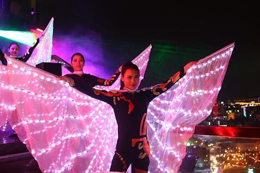 Led Dance trên nền nhạc sôi động.
