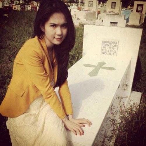 Hình ảnh ngồi lên mộ mẹ ruột khiến Ngọc Trinh bị chỉ trích nặng nề. - Tin sao Viet - Tin tuc sao Viet - Scandal sao Viet - Tin tuc cua Sao - Tin cua Sao