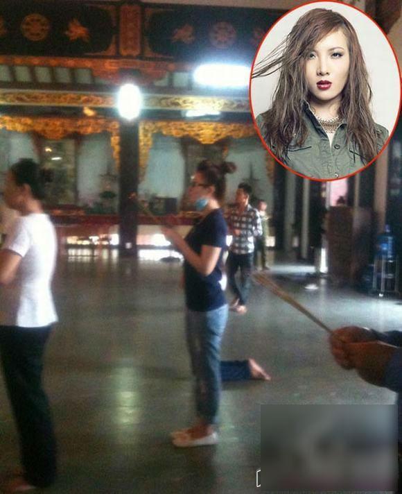 """Trong khi mọi người đều bỏ dép bên ngoài thì Yến Trang lại mang giày vào viếng chùa. Hành động này của nữ ca sĩ bị công chúng nhận xét là """"kém ý thức"""". - Tin sao Viet - Tin tuc sao Viet - Scandal sao Viet - Tin tuc cua Sao - Tin cua Sao"""