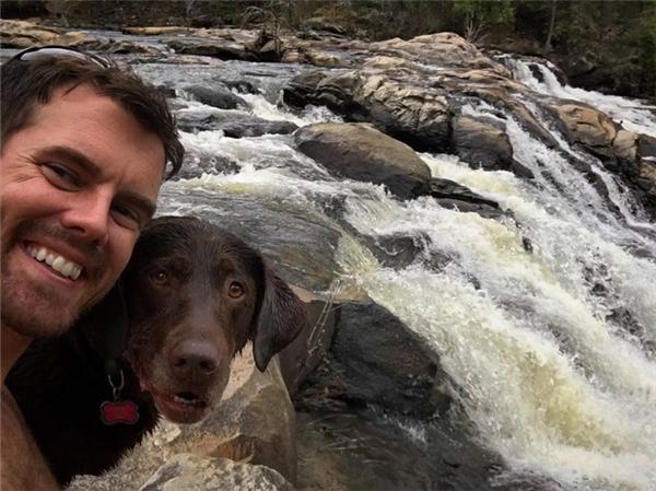 Không muốn người bạn đồng hành của mình phải sống những ngày tháng cuối đời trong buồn phiền và bệnh tật, Robert quyết định đưa cô chó tham gia chuyến hành trình cuối cùng của cuộc đời nó, chuyến đi tiễn biệt.