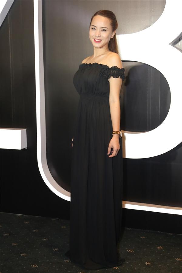 Giọng ca Con Hạc Giấy gây ấn tượng khidiện trang phục đầm maximàu đen phủ dài khiến thân hình cô trông có vẻ mũm mĩm.