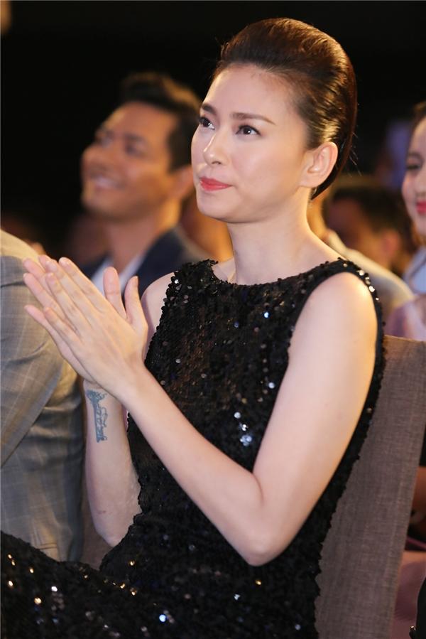 Nữ diễn viên đến tham dự chương trình từ rất sớm. Cô lặng lẽ ngồi một góc theo dõi buổi lễ.