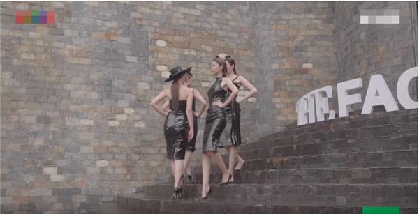 The Face Vietnam sử dụng nguyên bản thử thách của The Face Mỹ mùa giải đầu tiên. Trong phần thi cá nhân, các thí sinh sẽ trình diễn những bộ váy bó sát và đi trên những bậc cầu thang dốc. Các thiết kế đều có phần xẻ ngắn khiến đôi chân của các thí sinh bị bóp hẹp lại rất khó khăn trong việc di chuyển.
