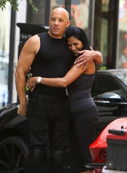 Vin Diesel chia sẻ ảnh cùng bạn diễn trên trường quay.