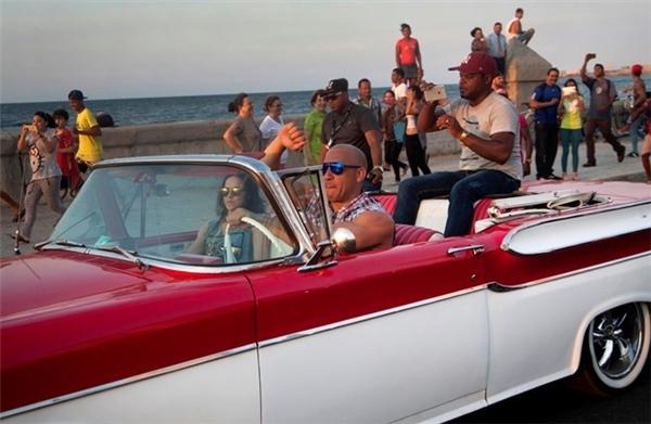 Trong một cảnh quay ở Cuba, Vin Diesel điều khiển chiếc Mercedes-Benz M-Class bên cạnh Michelle Rodriguez.