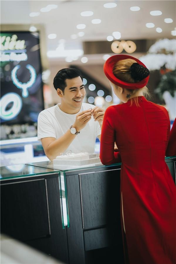 Ngoài ra, Thanh Bình cũng tiết lộ rằng,nhẫn đính hôn của anh và Ngọc Lan do diễn viên, doanh nhân Hùng Cửu Long - người anh thân thiết với hai vợ chồng tặng, mừng cặp đôi về chung một nhà. - Tin sao Viet - Tin tuc sao Viet - Scandal sao Viet - Tin tuc cua Sao - Tin cua Sao