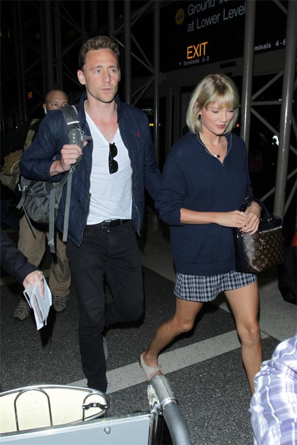 Tom Hiddleston và Taylor Swift nhiều lần bị nghi chỉ đang diễn kịch trước truyền thông.